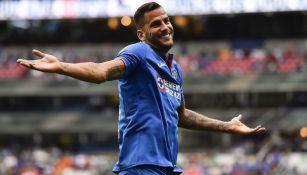Édgar Méndez celebra un gol con el Cruz Azul