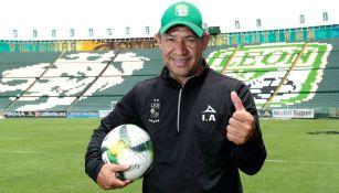 Ignacio Ambriz posa para la cámara de RÉCORD en el Estadio León