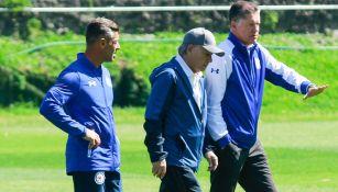 Peláez, Caixinha y Billy caminan en La Noria