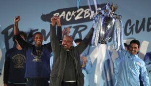 Pep Guariola festeja con el trofeo de la Premier League