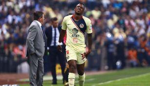 Renato Ibarra se lamenta en un partido con América