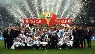 Lazio celebra luego de conquistar la Copa italiana