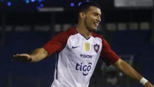 Juan Escobar festeja un gol con Cerro Porteño