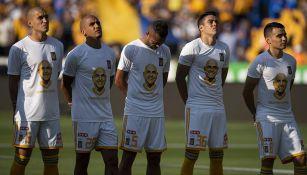 Jugadores de Tigres durante el homenaje a Batocletti