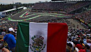 Aficionado de la F1 con un bandera de México en el AHR
