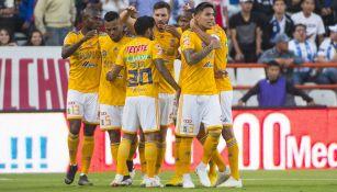 Jugadores de Tigres festejan gol contra Pachuca