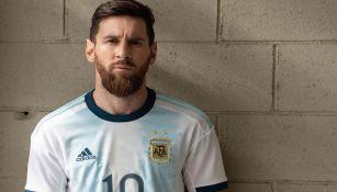 Messi posa con la indumentaria de Argentina para la Copa América