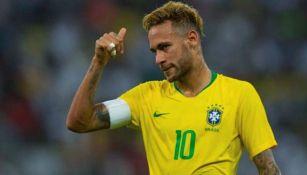 Neymar da las gracias tras un buen pase de uno de sus compañeros