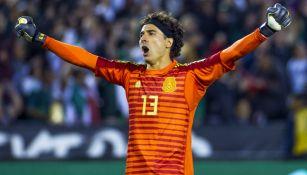 Memo Ochoa festeja un gol de la Selección Mexicana