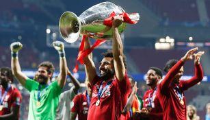 Mohamed Salah carga el trofeo de la Champions League