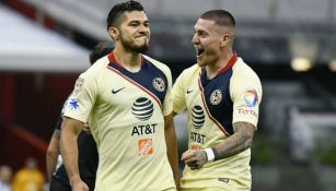 Henry Martín y Nico Castillo festejan un gol con el América