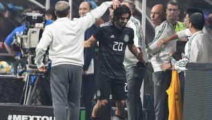 Pizarro es felicitado por Martino en el banquillo