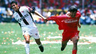 Almirón y Cardozo, en intensa lucha por el balón en La Bombonera