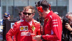 Vettel platica con personal de su equipo en el GP de Canadá