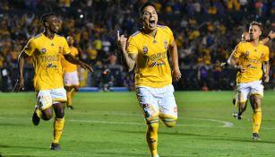 Carlos Salcedo celebra un gol con Tigres