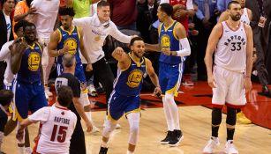 Curry festeja el triunfo en el Juego 5 ante Raptors