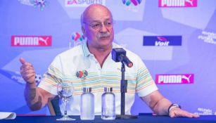 Enrique Bonilla habla en conferencia de prensa en Cancún