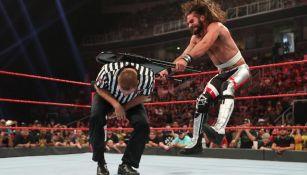 Seth Rollins golpe a Sami Zayn con una silla
