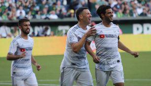 Carlos Vela festeja un gol con el LAFC