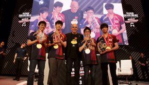 La escuadra japonesa posa con Doug Bowser tras ganar el título en la E3
