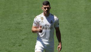 Luka Jovic posa en el Bernabéu con la playera del Madrid