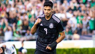 Raúl Jiménez festeja un gol contra Cuba