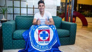 Guillermo Fernández posa con la bandera de Cruz Azul