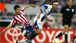 Oribe disputa un balón como jugador de Chivas en 2005 en la Libertadores