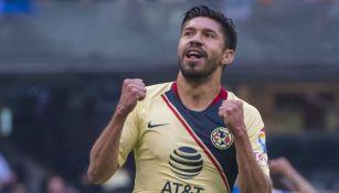 Oribe Peralta festeja un gol con el América