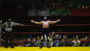Blue Demon Jr. festeja en el ring el triunfo sobre Dr. Wagner Jr.
