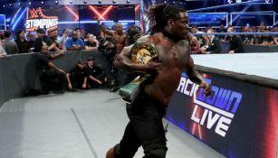 R-truth escapa con el título 24/7 de WWE