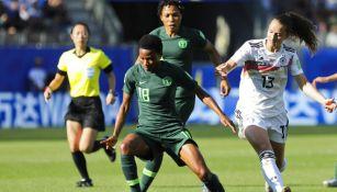 Halimatu Ayinde defiende el balón de una jugadora de Alemania