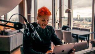 Chicharito sonríe mientras compite en línea