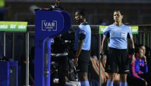 Alexis Herrera usa el VAR en el Colombia vs Qatar