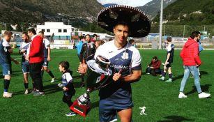 Diego Nájera festeja con un trofeo