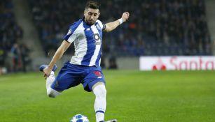 Herrera dispara de fuera del área en partido del Porto
