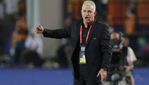 Aguirre da indicaciones en un juego de Egipto