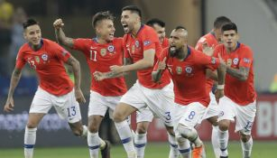 Jugadores de Chile celebran triunfo contra Colombia