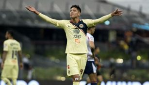 Edson Álvarez festeja un gol con el América