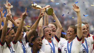 Jugadoras de Estados Unidos festejando su título