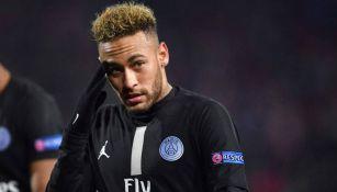 Neymar se lamenta durante un partido del París Saint-Germain