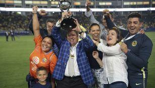 Piojo festeja con su familia una nueva conquista con las Águilas