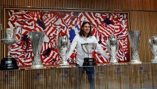 Filipe Luis posa con los trofeos que ganó con el Atlético de Madrid