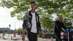 Edson Álvarez posa para las cámaras del Ajax