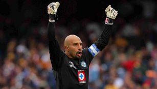 Conejo Pérez celebra un gol de Cruz Azul