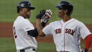 Jugadores de Red Sox festejan una anotación