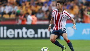 Jesús Molina conduce el balón durante un partido con Chivas