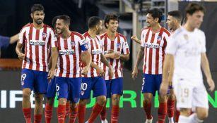 Jugadores del Atlético de Madrid festejan un gol al Real Madrid