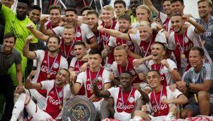Jugadores del Ajax con la Supercopa