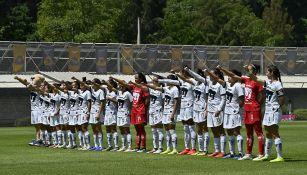 Jugadoras de Pumas escuchan el himno de la UNAM